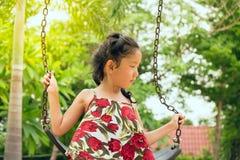 Bambina felice su oscillazione fotografia stock
