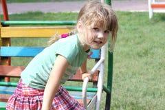 Bambina felice su oscillazione variopinta Immagini Stock Libere da Diritti