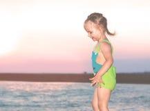 Bambina felice su una spiaggia Fotografia Stock Libera da Diritti