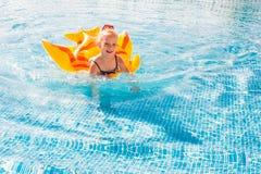 Bambina felice sveglia divertendosi nella piscina Immagini Stock Libere da Diritti