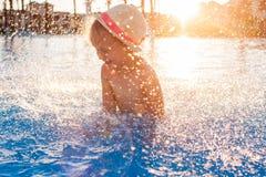 Bambina felice sveglia divertendosi nella piscina Immagini Stock