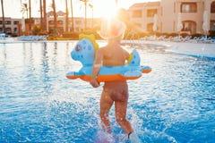 Bambina felice sveglia divertendosi nella piscina Fotografia Stock Libera da Diritti
