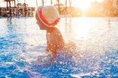 Bambina felice sveglia divertendosi nella piscina Fotografia Stock