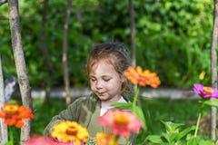 Bambina in fiori, estate fotografie stock libere da diritti