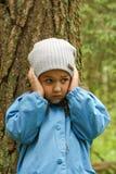 Bambina in foresta Fotografie Stock Libere da Diritti