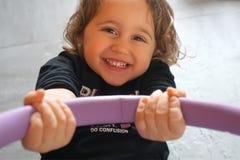 bambina fortunatamente sorridente fotografie stock