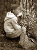 Bambina - grande albero fotografie stock libere da diritti