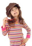 Bambina in grande cappello marrone e con gli occhiali da sole Immagini Stock Libere da Diritti