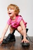 Bambina in grandi caricamenti del sistema Fotografia Stock