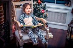 Bambina graziosa che sorride con l'orsacchiotto vicino Fotografie Stock Libere da Diritti