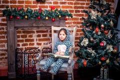 Bambina graziosa che sorride con l'orsacchiotto vicino Fotografia Stock