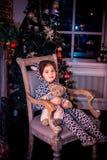Bambina graziosa che sorride con l'orsacchiotto vicino Immagini Stock