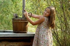Bambina graziosa con il secchio di legno fotografie stock