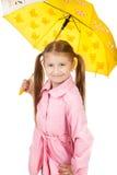 Bambina graziosa con l'ombrello giallo isolato su backgr bianco Immagini Stock Libere da Diritti