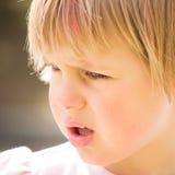 Bambina graziosa con lo sguardo interrogante Immagini Stock