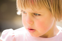 Bambina graziosa con lo sguardo serio Fotografie Stock Libere da Diritti