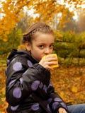 Bambina graziosa con una tazza disponibila Fotografia Stock