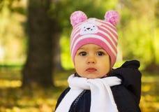 Bambina graziosa nella sosta di autunno Fotografia Stock