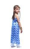 Bambina graziosa nello sguardo indiano del costume indietro Immagini Stock