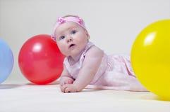 Bambina graziosa, su una priorità bassa bianca Fotografie Stock
