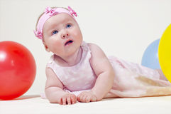 Bambina graziosa, su una priorità bassa bianca Fotografia Stock