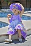 Bambina graziosa in vestito variopinto e cappello Fotografia Stock Libera da Diritti