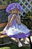 Bambina graziosa in vestito variopinto e cappello Fotografia Stock