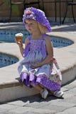 Bambina graziosa in vestito variopinto e cappello Fotografie Stock Libere da Diritti