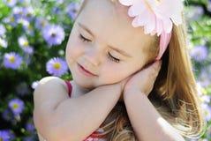 Bambina graziosa vicino ai colori Immagine Stock