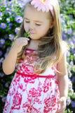 Bambina graziosa vicino ai colori Fotografia Stock Libera da Diritti
