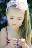 Bambina graziosa vicino ai colori Fotografie Stock Libere da Diritti