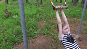 Bambina impegnata negli esercizi atletici