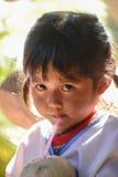 Bambina indigena con il costume tradizionale locale Fotografia Stock