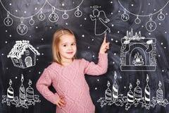Bambina intorno alle lavagne nere Fotografie Stock Libere da Diritti