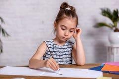 Bambina ispirata al tiraggio della tavola con le pitture immagine stock libera da diritti