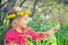 Bambina in la sosta di primavera Immagini Stock