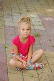 Bambina in maglia vicino allo stagno della località di soggiorno Fotografia Stock Libera da Diritti