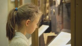 Bambina in museo archivi video