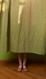 Bambina nascosta dietro la tenda fotografia stock libera da diritti