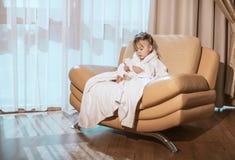Bambina nei giochi bianchi dell'abito con il telefono cellulare Fotografia Stock Libera da Diritti