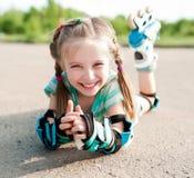 Bambina nei pattini di rullo Fotografia Stock
