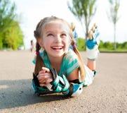 Bambina nei pattini di rullo immagini stock
