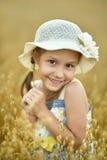 Bambina nel campo di frumento Immagini Stock Libere da Diritti