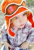 Bambina nel cappuccio arancio del pilota e degli occhiali di protezione di volo Immagini Stock Libere da Diritti