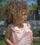 Bambina nel colore rosa Immagine Stock