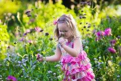 Bambina nel giardino di fiore Fotografia Stock Libera da Diritti