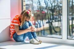 Bambina nel gridare arancio della blusa Fotografia Stock