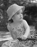 Bambina nel lawnchair Fotografie Stock