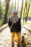 Bambina nel parco con la valigia Fotografie Stock Libere da Diritti