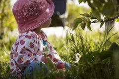 Bambina nell'erba Fotografia Stock